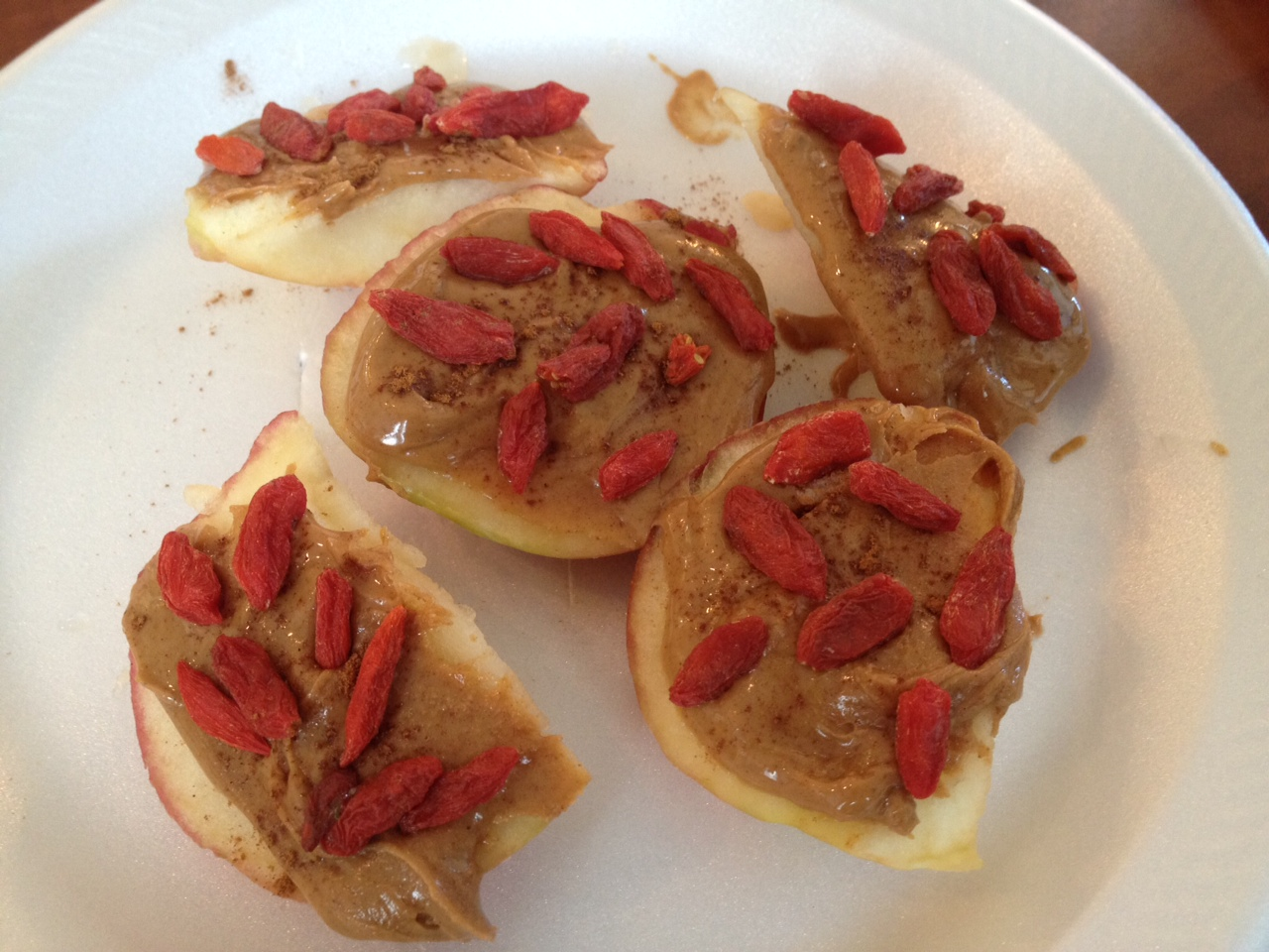 Goji Berry Snack with Apples and Peanut Butter